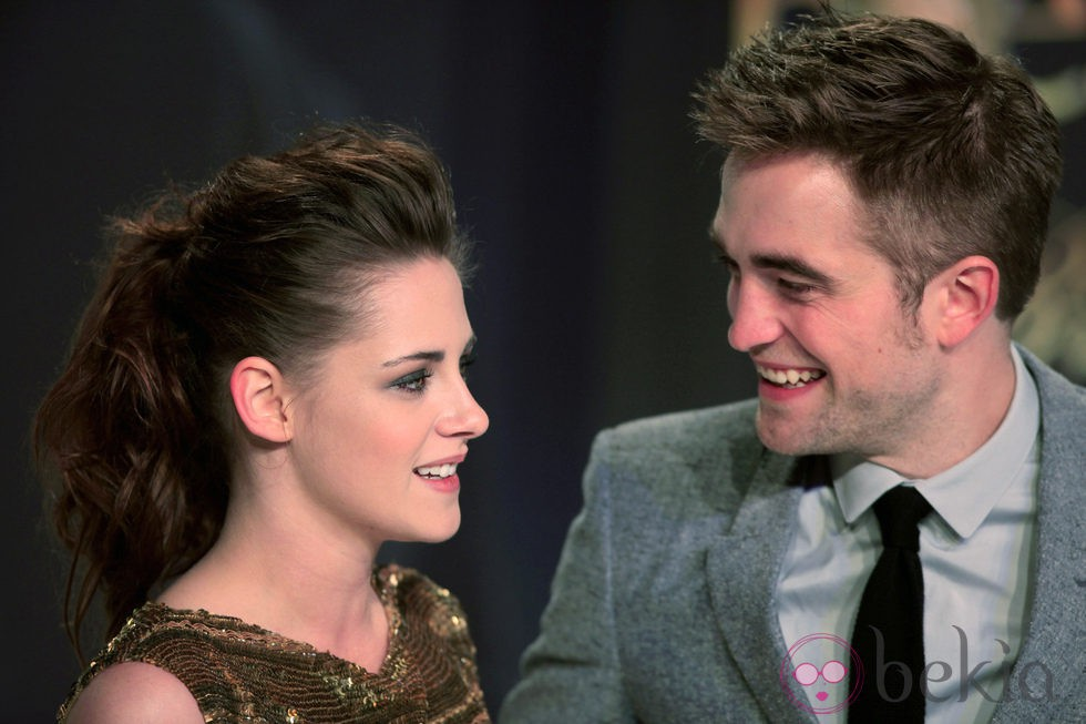 Kristen Stewart y Robert Pattinson intercambian cómplices miradas