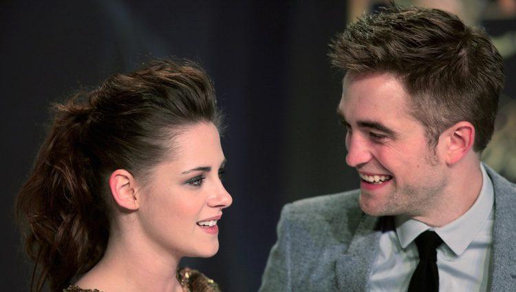 Kristen Stewart y Robert Pattinson intercambian cómplices miradas