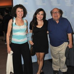 Danny DeVito, Rhea Perlman y Lucy DeVito en la premiere de la película 'Sleepwalk With Me'
