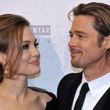 Angelina Jolie mira enamorada a Brad Pitt