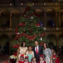Barack y Michelle Obama junto a Sasha y Malia con los expacientes del Centro Médico Infantil