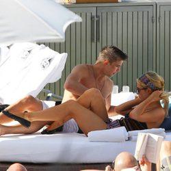 Paris Hilton Y River Viiperi disfrutan de un día de relax en la piscina