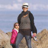 Halle Berry pasea por la playa con su hija Nahla que saca lengua divertida
