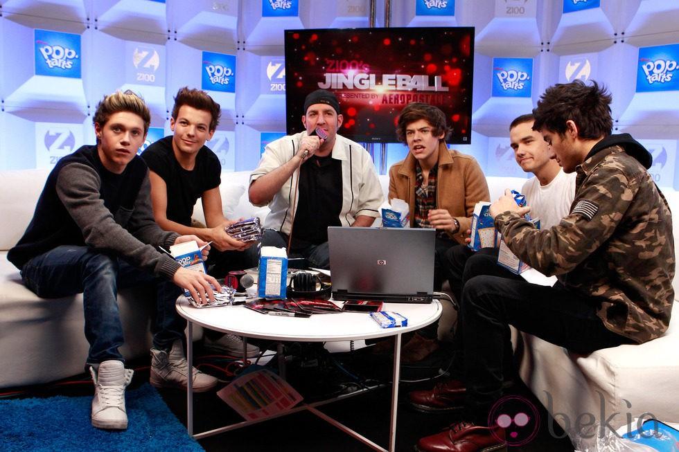 One Direction and con el Dj JJ en la Z100 Artist Gift Lounge