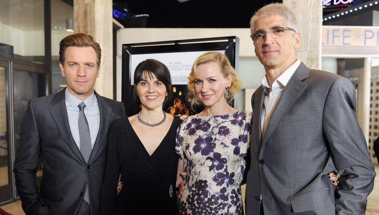 Ewan McGregor, Maria Belon, Naomi Watts y Enrique Alvarez en el estreno de 'Lo imposible' en Los Ángeles