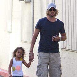 Gabriel Aubry de la mano con su hija Nahla