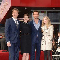 Tom Hooper, Anne Hathaway, Hugh Jackman y Amanda Seyfried en el Paseo de la Fama