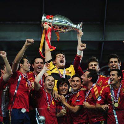 La selección española levanta la Eurocopa 2012 tras su victoria