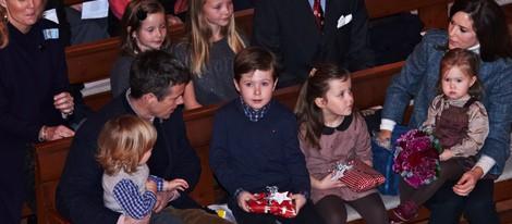 Federico y Mary de Dinamarca con sus hijos en un concierto de Navidad