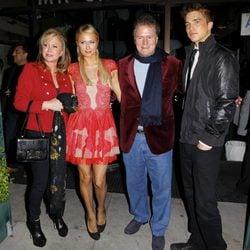Paris Hilton y River Viiperi y los padres de Hilton de cena navideña