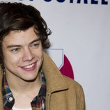 Harry Styles sonríe pícaro en el Z100's Jingle Ball