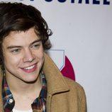 Harry Styles sonríe pícaro en el Z100's Jingle Ball