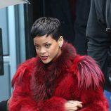 Rihanna en Paris con un abrigo de pelo rojo intenso