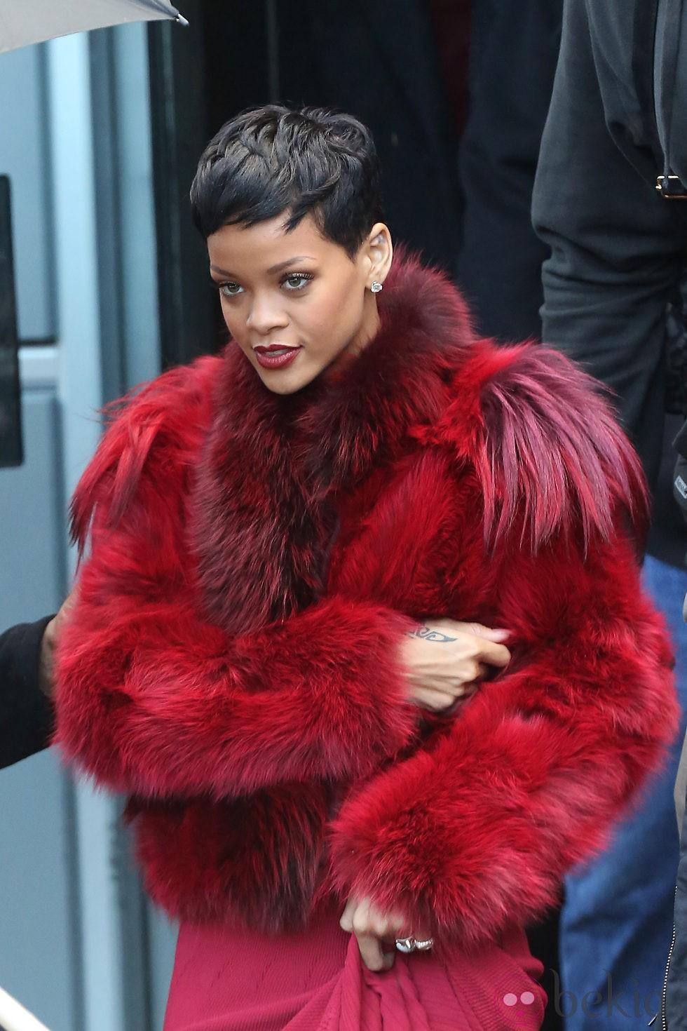 Rihanna en Paris con un abrigo de pelo rojo intenso - Rihanna 294cdcc4308a3