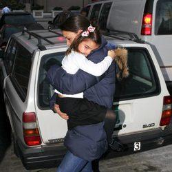 Katie Holmes con su hija Suri Cruise en brazos
