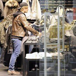 Jaime Olías, de compras en un centro comercial
