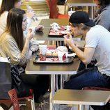 Jaime Olías y una amiga comiendo en un centro comercial