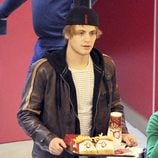 Jaime Olías con una bandeja de comida en un centro comercial