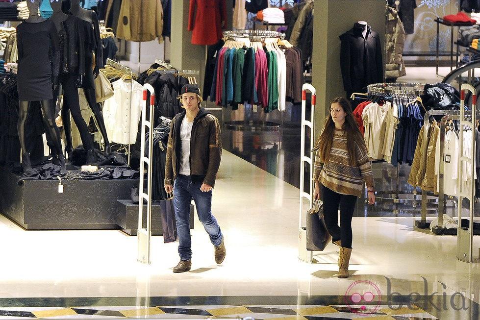 Jaime Olías, de compras con una amiga en un centro comercial