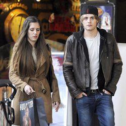 Jaime Olías y una amiga durante un día de compras