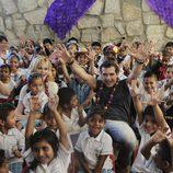 Antonio Banderas y Melanie Griffith con un grupo de niños en la Fundación Starlite Gala
