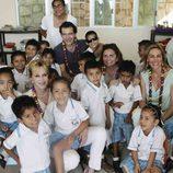 Antonio Banderas y Melanie Griffith junto a un grupo de niños en su viaje solidario