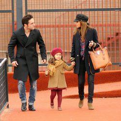 David Bustamante y Paula Echevarría con su hija Daniella de la mano en el colegio
