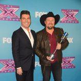 Simon Cowell y Tate stevens en la gala final de 'The X Factor'