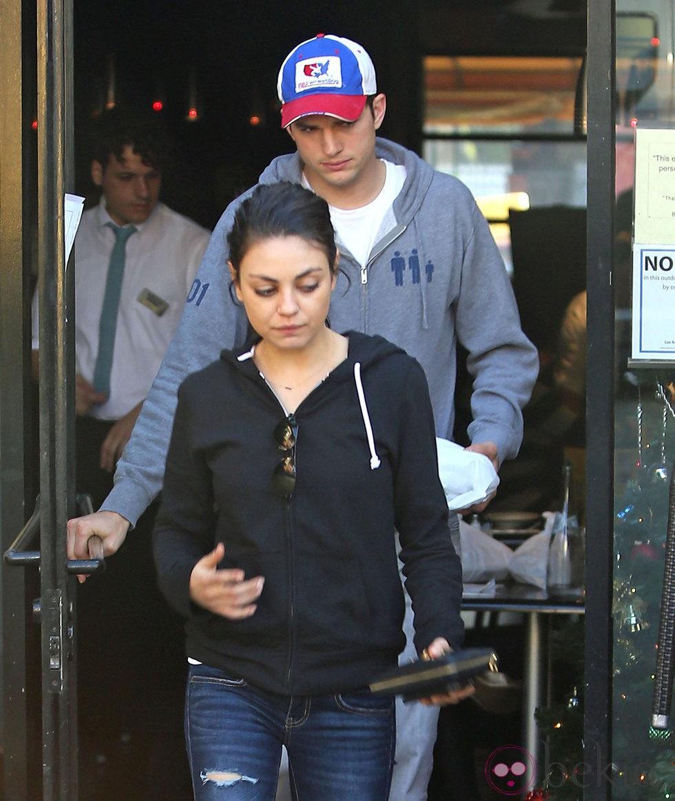 Ashton Kutcher y Mila Kunis saliendo de una cafetería