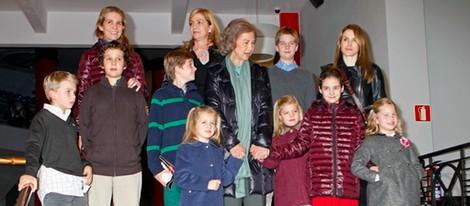 La Reina Sofía, las Infantas Elena y Cristina, la Princesa Letizia y sus hijos en el musical 'Sonrisas y lágrimas'