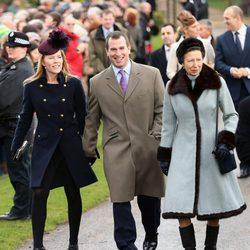 Autumn Kelly, Peter Phillips y la Princesa Ana en la Misa de Navidad en Sandringham