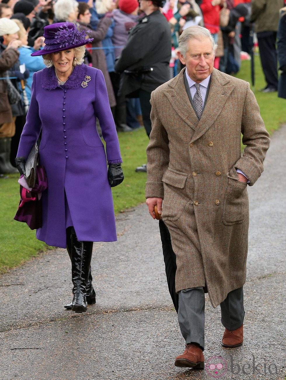 El Príncipe de Gales y la Duquesa de Cornualles en la Misa de Navidad en Sandringham