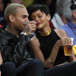 Rihanna muy cómplice con Chris Brown durante el partido de la NBA