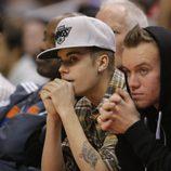 Justin Bieber con un amigo en un partido de la NBA