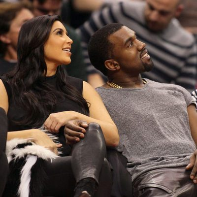 Kim Kardashian y Kanye West viendo a su cuñado jugar en la NBA