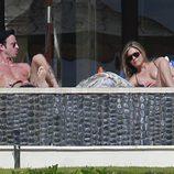 Jennifer Aniston y Justin Therox tomando el sol en Los Cabos