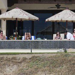 Justin Therox, Jennifer Aniston, Emily Blunt, Jimmy Kimmel y Molly McNearney en Los Cabos