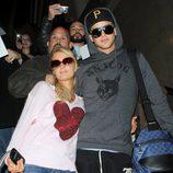 Paris Hilton y River Viiperi abrazados en el aeropuerto de Los Ángeles