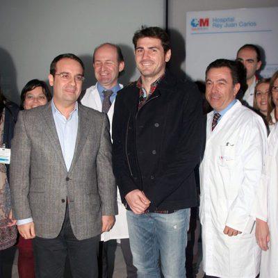 Iker Casillas visita el hospital Rey Juan Carlos de Móstoles