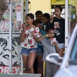 Malia y Sasha Obama se toman un helado en Hawai