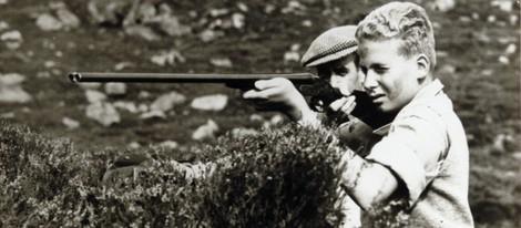 Juan Carlos de Borbón cazando de niño