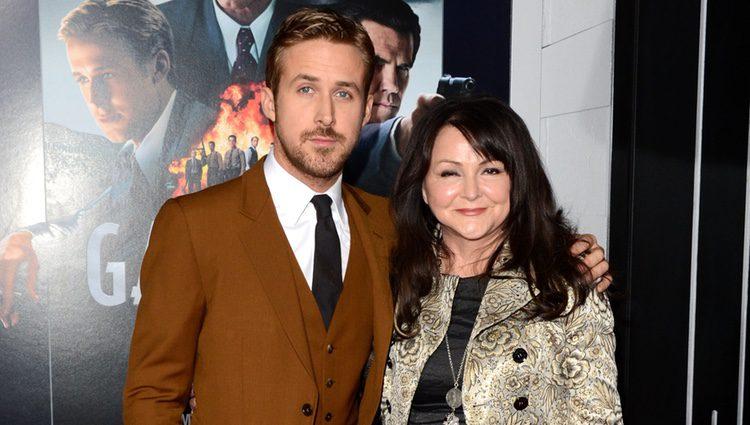 Ryan Gosling y su madre en el estreno de 'Gangster Squad' en Los Angeles