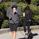 Ashton Kutcher y Mila Kunis toman un café mientras pasean al perro