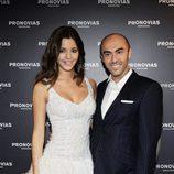Malena Costa vestida de novia posando junto a Manuel Mota