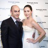 Priscila de Gustin vestida de novia posando junto a Manuel Mota