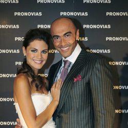Amaia Salamanca vestida de novia posando junto a Manuel Mota