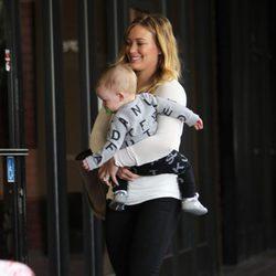 Hilary Duff con su hijo Luca en California