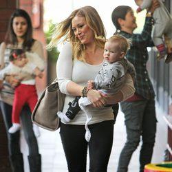 Hilary Duff lleva a Luca al colegio