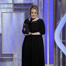 Adele con su Globo de Oro 2013 por la canción de 'Skyfall'