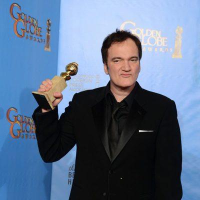 Quentin Taratino posando con el Globo de Oro 2013 a Mejor guión